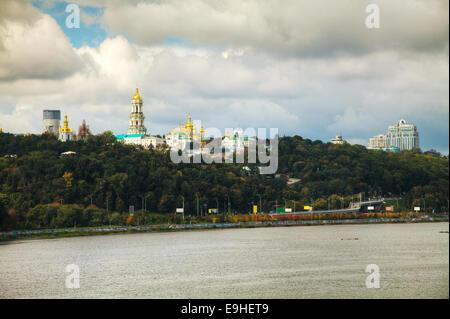 Panoramica di Kiev in un giorno nuvoloso Foto Stock