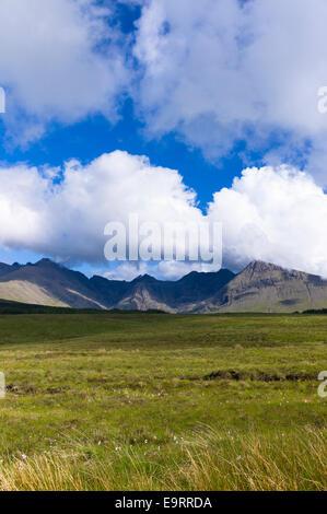 Puffy white cumulus nubi su iconico Cuillin mountain range sull isola di Skye nelle Highlands e nelle isole della Scozia Foto Stock