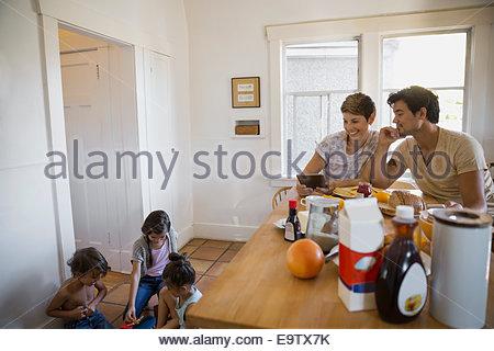 Famiglia in cucina Foto Stock