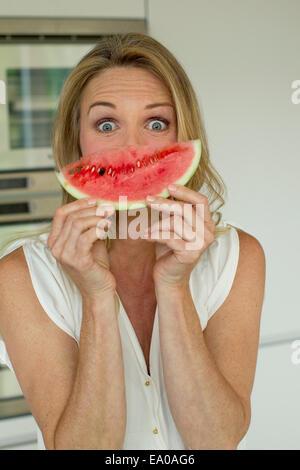 Donna matura azienda cocomero Foto Stock