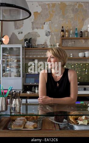 Metà donna adulta lavorando in cafe Foto Stock