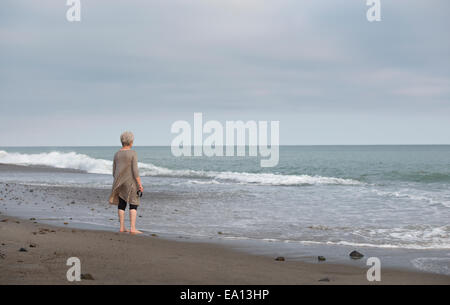Vista posteriore del senior donna guarda al mare, Dana Point, California, Stati Uniti d'America Foto Stock