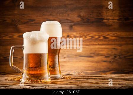 Bicchieri Di Birra Con Spighe Di Grano Su Tavole Di Legno Foto Stock Alamy