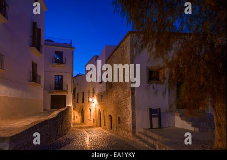 Ibiza città vecchia strada di notte Foto Stock