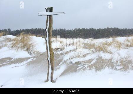 Cartello nella tempesta di neve Foto Stock
