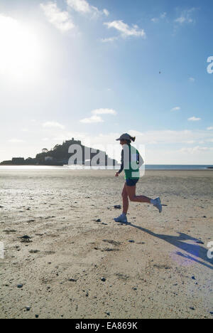 Mounts Bay Harriers gara di corsa attraverso la sabbia con la bassa marea con St Michaels Mount in background Marazion Foto Stock
