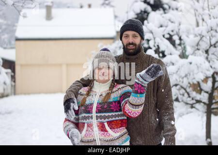 Carino hipster giovane coperto di neve, godendo le vacanze invernali Foto Stock