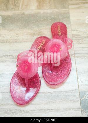 Rosa Flip Flop su pavimento in marmo, Miami Beach, Florida Foto Stock