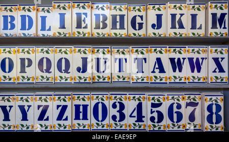 Piastrelle con alfabeto lettere e numeri su di una superficie