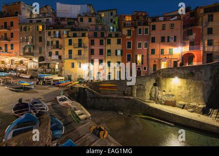 Vista notturna di Riomaggiore, Cinque Terre Liguria, Italia Foto Stock
