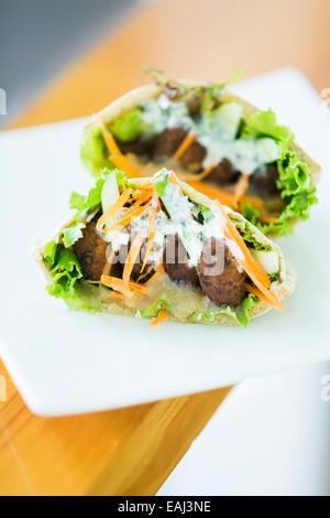 Falafel vegetariani e insalata in pane pita sandwich Foto Stock