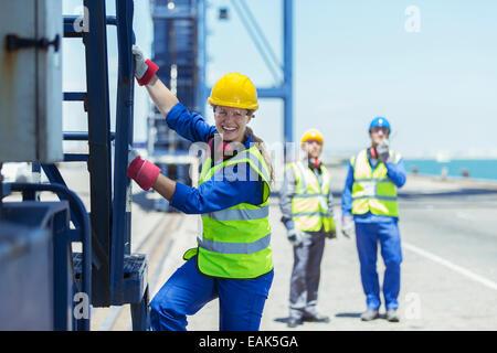 Lavoratore di arrampicata gru di carico Foto Stock