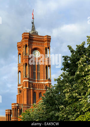 Clock Tower, Rosso Town Hall Mitte, Berlin, Berlin, Germania Foto Stock