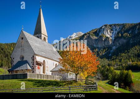 Santa Maddalena chiesa in Val di Funes, Dolomiti, Trentino-Alto Adige, Italia Foto Stock