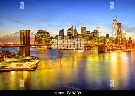 New York skyline della città oltre l'East River e il Ponte di Brooklyn. Foto Stock