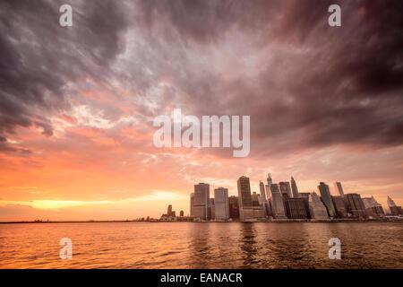 New York City skyline di Manhattan inferiore al tramonto. Foto Stock
