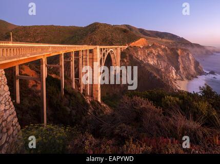 Bixby Bridge Pacific Coast Highway Big Sur in California. Bixby Creek Canyon Bridge con il litorale di striature Foto Stock