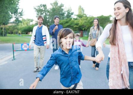 Famiglia camminare insieme all'aperto Foto Stock
