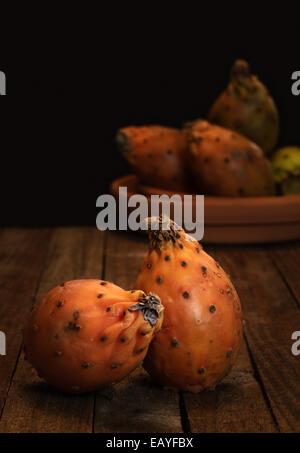 Fichidindia sul tavolo di legno Foto Stock