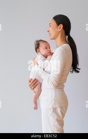 Profilo di Asian madre holding baby