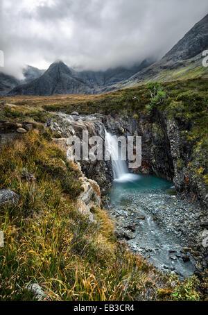 Regno Unito, Scozia, Fata piscine a cascata nebbioso giorno Foto Stock