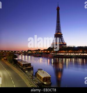 Francia, Parigi Torre Eiffel viste attraverso la Senna a sunrise Foto Stock