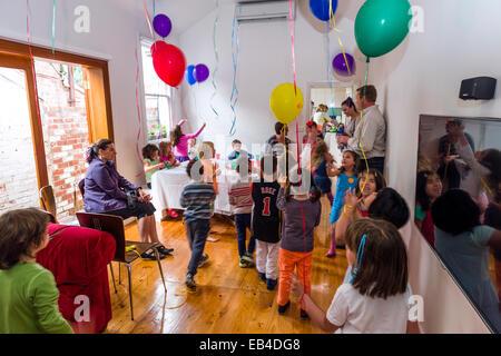 Bambini che giocano con palloncini a una festa di compleanno. Foto Stock