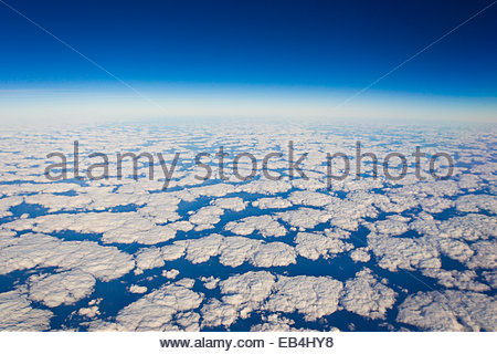 Sopra le nuvole a 36.000 piedi da qualche parte al di sopra dello stato della Florida. Foto Stock