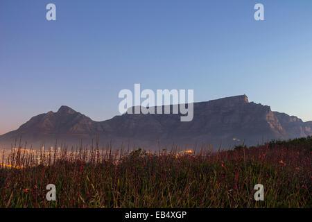 La Montagna della Tavola al tramonto con le luci della città Foto Stock