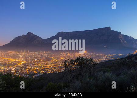La Montagna della Tavola al tramonto con le luci della città e cielo blu Foto Stock