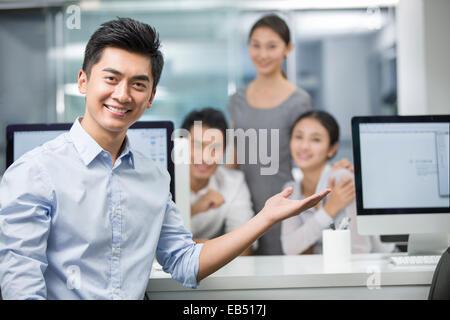 Ritratto di giovane imprenditore in office Foto Stock