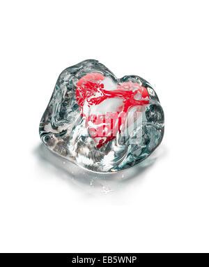 Cuore rosso in fusione cubo di ghiaccio isolato su sfondo bianco Foto Stock