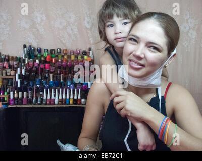 Mom tenendo rottura con sua figlia dal fare una manicure Foto Stock