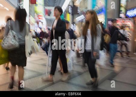 Gli amanti dello shopping in shopping arcade in Shinsaibashi, Osaka Kansai, Giappone Foto Stock