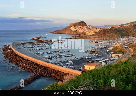 Atmosfera serale sul porto e la città, Castelsardo, provincia di Sassari, Sardegna, Italia