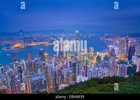Hong Kong. Immagine di Hong Kong con molti grattacieli durante il blu crepuscolo ora. Foto Stock