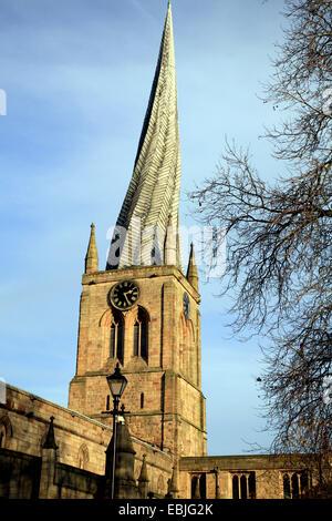 La famosa guglia storta sul campanile della chiesa di Santa Maria e Chiesa di tutti i santi a Chesterfield, Derbyshire, Foto Stock