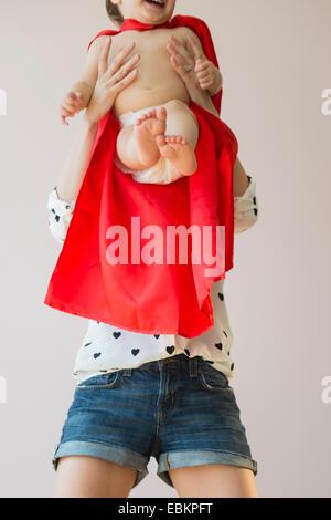 Studio shot di madre holding bimba (18-23 mesi) Foto Stock