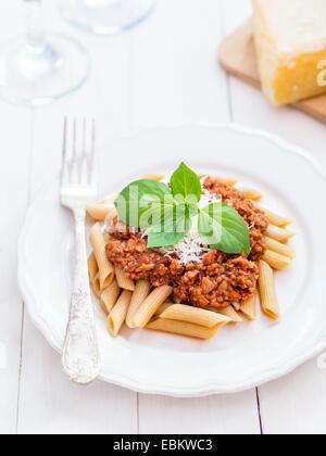Grano intero penne pasta vegetariana con ragù alla bolognese e il Parmigiano Reggiano Foto Stock