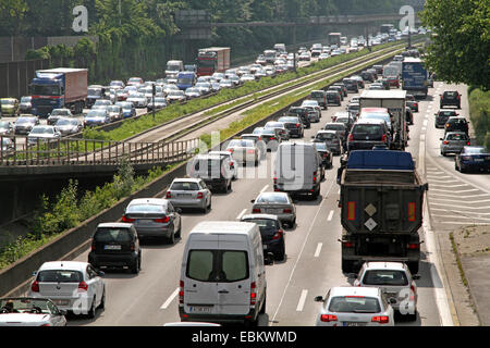 Ingorgo sull autostrada A40 nella zona della Ruhr, in Germania, in Renania settentrionale-Vestfalia, la zona della Foto Stock