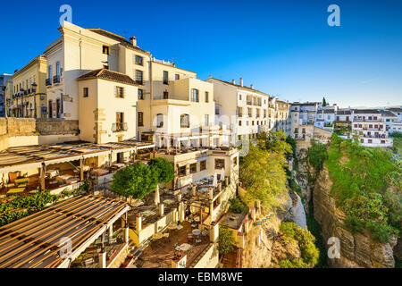 Ronda, Spagna cliffside edifici sulla Tajo Gorge. Foto Stock