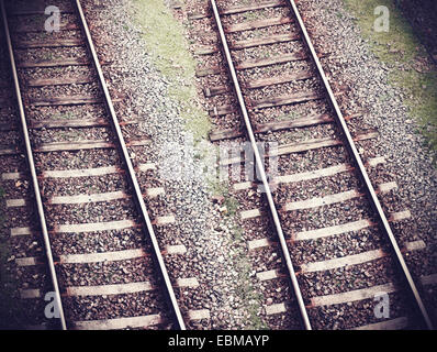 Vintage retrò immagine filtrata di binari ferroviari. Foto Stock