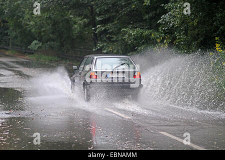 Il traffico stradale su strada allagata in heavy rain, Germania Foto Stock