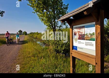 Tour in bicicletta di una famiglia attraverso le grandi brughiere vicino Luebbecke, in Germania, in Renania settentrionale Foto Stock