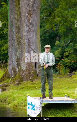 La pesca con la mosca di dimostrazione Lowther Show, Lowther station wagon, Lowther, Penrith, Cumbria. Foto Stock
