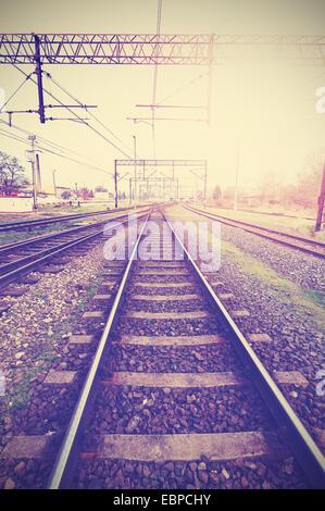 Vintage retrò immagine filtrata di binari ferroviari e di infrastruttura. Foto Stock