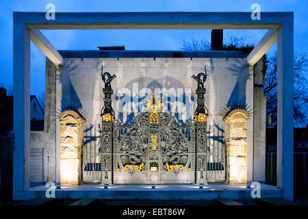 Ferro battuto in stile art nouveau del portale Flottmann-Hallen in Twilight, in Germania, in Renania settentrionale-Vestfalia, la zona della Ruhr, Herne Foto Stock