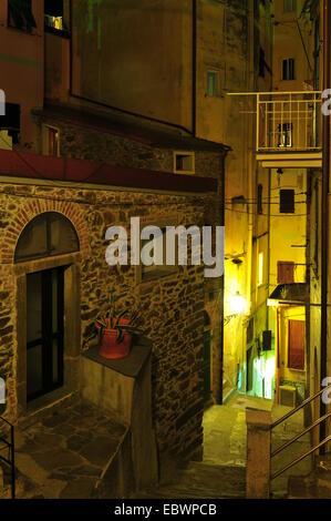 Ripida viuzza di notte, Riomaggiore Cinque Terre Liguria, Italia Foto Stock