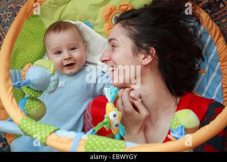 Madre con 5 mesi di età bambino su una coperta di lana Foto Stock