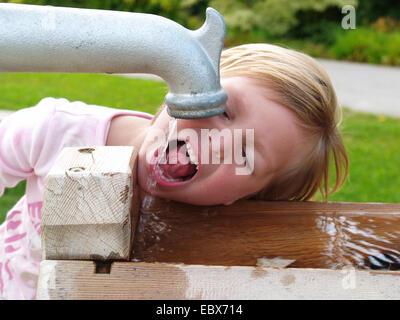 Bambina acqua potabile Foto Stock